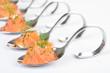 Lachshäppchen mit Frischkäse auf Probierlöffel