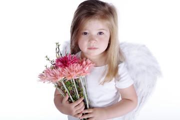 Trauriges Mädchen mit Engelsflügel und Blumenstrauß