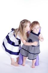 Geschwister Kinder, Mädchen küsst Schwester