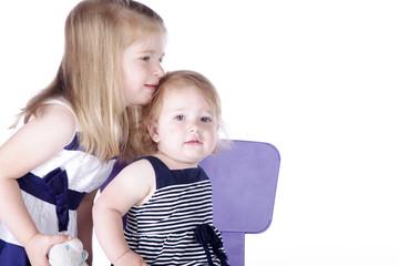 Geschwister Kinder, Mädchen kuschelt mit Schwester