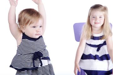 Geschwister Kinder, Mädchen jubelt im Vordergrund