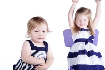 Geschwister Kinder, Mädchen jubelt im Hintergrund