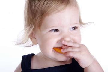 Kleines Mädchen isst Gemüse
