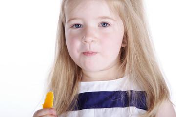 Junges Mädchen isst gelbe Paprika