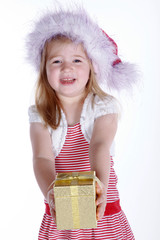 Junges Mädchen überreicht Weihnachts Geschenk