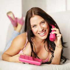 verliebte Frau am Telefon