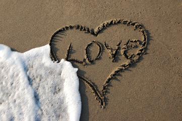 kumdaki aşk yazısı ve dalgalar