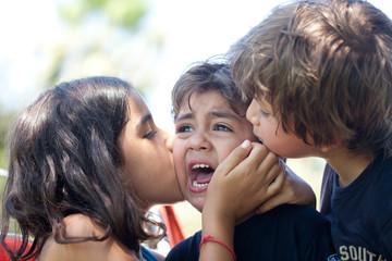 bambini che consolano un bambino che piange