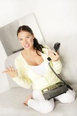 verwundert am Telefon
