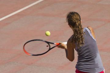 Ragazza che gioca a tennis