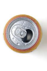 Lata de cerveza  abierta con anillo de cierre