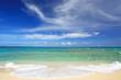 コマカ島の澄んだサンゴ礁の海と夏の空
