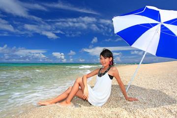 コマカ島を満喫する若い女性