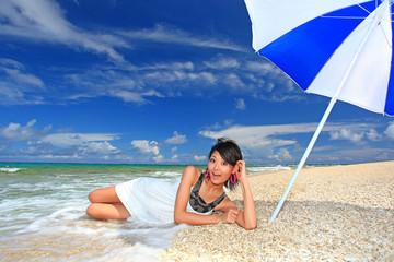 美しい女性とコマカ島の海