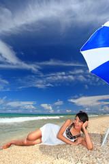 浜辺で寛ぐ若い女性