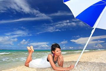 コマカ島で癒される若い女性
