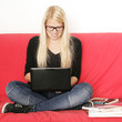 Schülerin lernt online