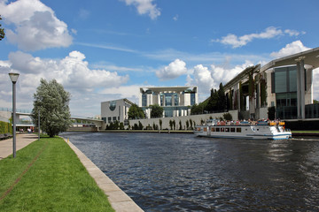 Dampferfahrt durch das Regierungsviertel Berlin