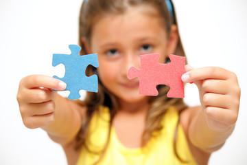 Bambina che unisce due pezzi del puzzle#2