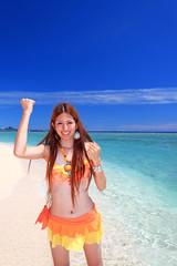 水納島の輝く海とガッツポーズの女性