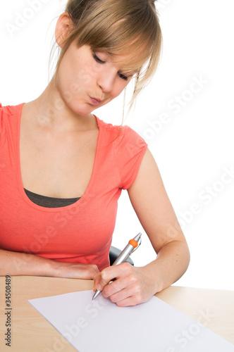 Junge Frau schreibt nachdenklich