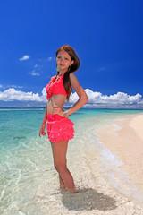 水納島の海とスレンダーな女性