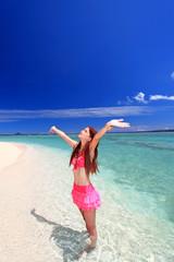 水納島の海で太陽を浴びる女性