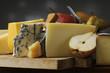 Variedad de quesos con peras