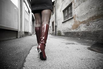 Gambe di ragazza in un vicolo