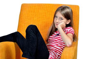 Mädchen liegt im Sessel