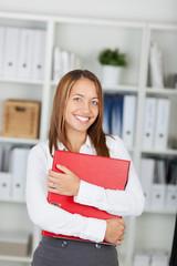 lächelnde geschäftsfrau hält roten aktenordner