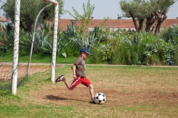 Enfant jouant au football