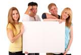 Junge Menschen mit Tafel