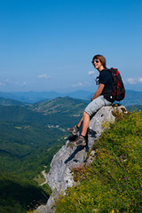 Jeune homme heureux à la montagne