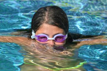 Niña en una piscina