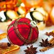 Rote glitzerne Weihnachtskugel