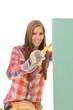 Frau schneidet eine grüne Gipskartonplatte