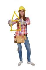 Junge Frau mit Zollstock baut ein Haus