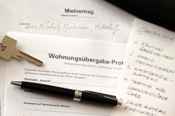Mietvertrag, Wohnungsübergabe-Protokoll, Schlüssel und Stift