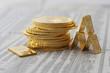 Gold als Goldmünzen Philharmoniker und Goldbarren auf Zeitung 2