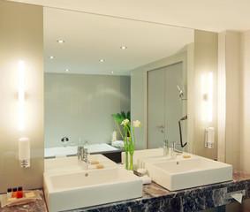 Doppelwaschtisch im Badezimmer mit grossem Spiegel