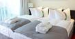 Leinwanddruck Bild - Hotel Bett Hotelzimmer
