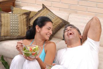 Juntos comiendo ensalada.