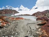 Sommets, glaciers, lac et rochers
