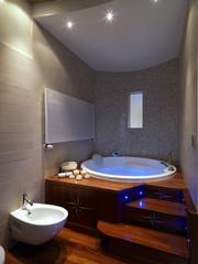 grande vasca da bagno rotonda in bagno moderno