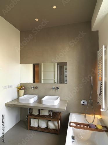 moderno bagno con due lavabi e vasca da bagno