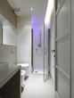 moderno bagno con box doccia e cromoterapia