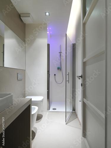 Moderno bagno con box doccia e cromoterapia di adpephoto - Box doccia cromoterapia ...