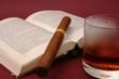 Buch, Zigarre und Alkohol