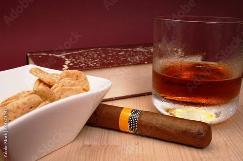 Zigarre, Whisky, Buch und Kräcker